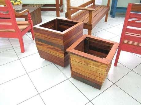 51. Cachepot de madeira com tons de marrom diferentes. Foto de Pinterest