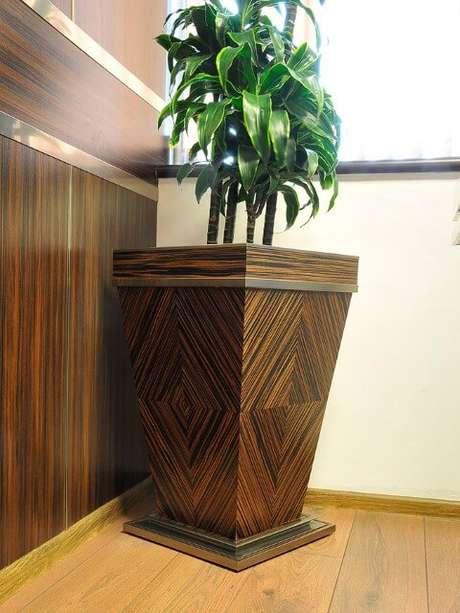 16. O cachepot de madeira também pode ter visual sofisticado. Foto de Bulgar Master