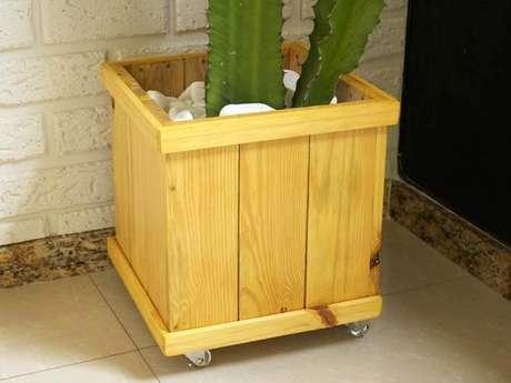 4. O cachepot de madeira com rodinhas é bem prático. Foto de Do Edu