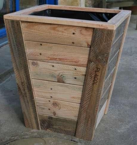 15. O cachepot de madeira com visual rústico tem seu charme. Foto de Au Bout du Bois