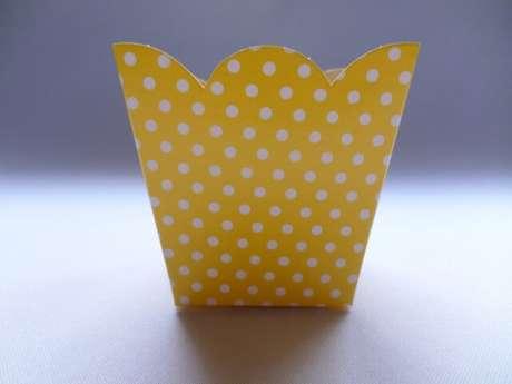 43. Cachepot de papel amarelo com bolinhas brancas. Foto de Mercado Livre