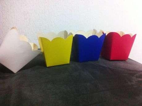 28. Os cachepots de papel colorido ficam ótimos em festas. Foto de Davida Art's