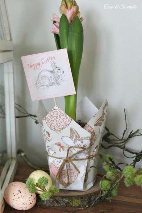 11. O cachepot de papel pode ser a embalagem perfeita para dar uma flor de presente. Foto de Disturber