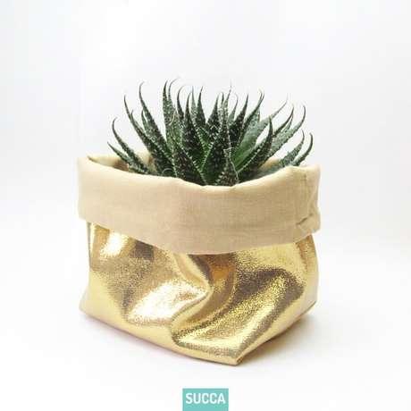 45. Cachepot de tecido dourado. Foto de Succa