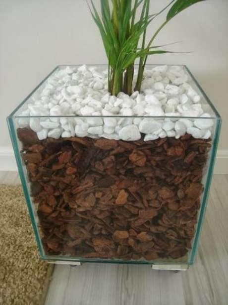 50. Cachepot de vidro com base metálica. Foto de OLX