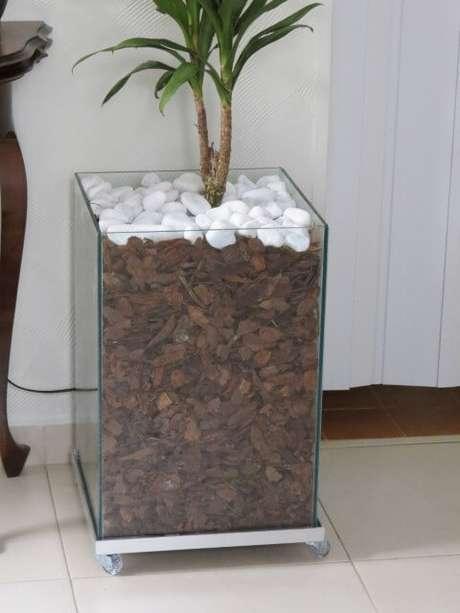 41. Cachepot de vidro com cascalho e pedras brancas. Foto de Mercado Livre