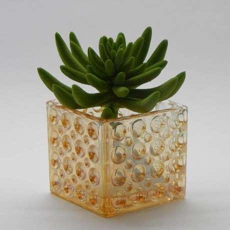 7. Cachepot de vidro pequeno e colorido. Foto de Arquitetamos