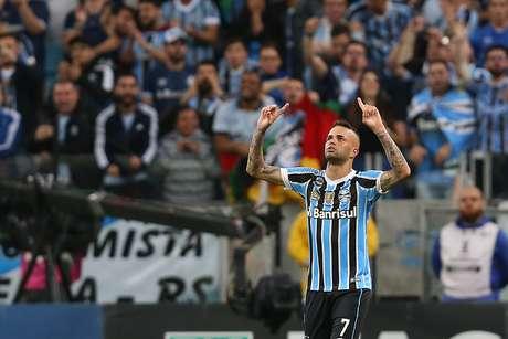Luan, do Grêmio, comemora seu gol durante partida contra o Atlético Tucumán