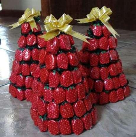53- Árvore de natal decorada com balas podem servir de lembrancinha ou até mesmo como enfeite para decorar a mesa. Fonte: Coisas da Maria