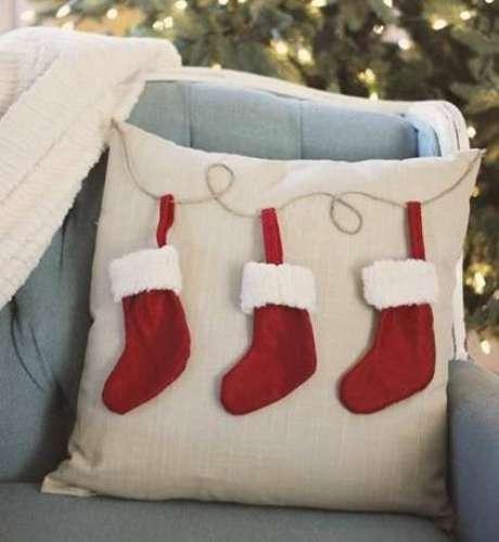 20- E que tal bordar uma almofada para a decoração de natal?
