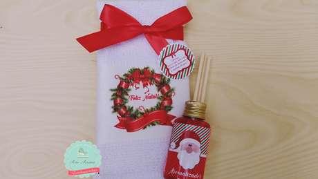 70- Toalha e aromatizador personalizado para lembrancinha de natal. Fonte: Pinterest