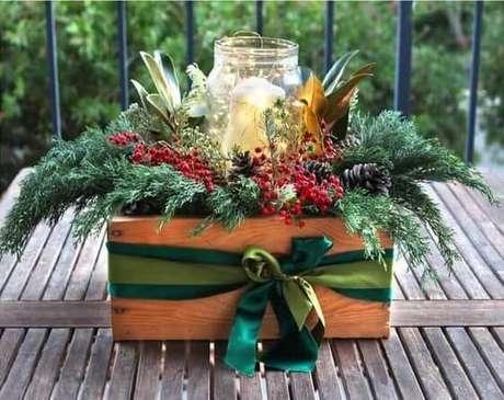 35- Você mesmo pode elaborar um arranjo de flores como lembrancinha de natal