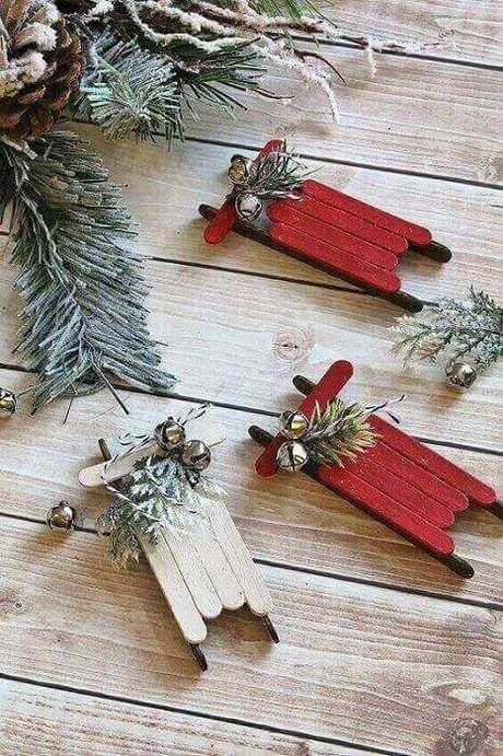 37- O mini trenó de palitos é uma lembrancinha de natal fofa