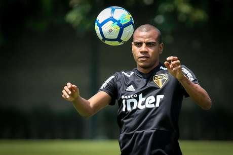 Lateral direito Régis teve contrato rescindido nesta quarta-feira
