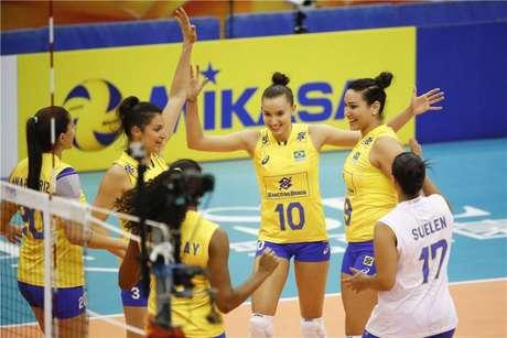 Jogadoras do Brasil comemora ponto em vitória sobre o Cazaquistão