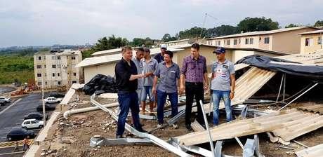 Equipe da Prefeitura observa casas destelhadas
