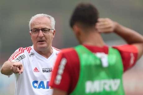 Lucas Paquetá, de costas, ouve as instruções de Dorival Júnior (Foto: Gilvan de Souza/Flamengo)