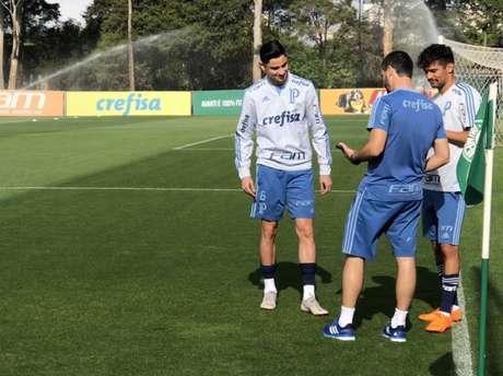 Diogo Barbosa e Gustavo Scarpa durante o treino desta quinta-feira, na Academia de Futebol (Foto:Thiago Ferri)