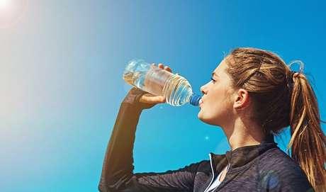 """Função detox: Apesar dos minerais em sua composição, a água tem função desintoxicante. """"Mesmo em pequenas quantidades, ela é capaz de eliminar resíduos inúteis pelos rins e garantir a eficiência dos processos fisiológicos da digestão, absorção e excreção, resultando no sucesso do processo de emagrecimento"""", acrescenta Bruna. O líquido contribui ainda para o bom funcionamento dos rins, órgão que auxilia na eliminação de impurezas, além de evitar a retenção hídrica e o inchaço. Quando associada ao consumo de fibras, ela facilita o trânsito intestinal, limpando as substâncias tóxicas e resíduos do organismo e prevenindo o aparecimento da tão temida celulite, por exemplo. Créditos: reprodução/GettyImages"""