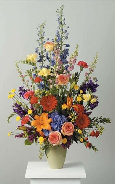 14. Arranjo alto de flores do campo em vaso pequeno. Foto de Best Floral