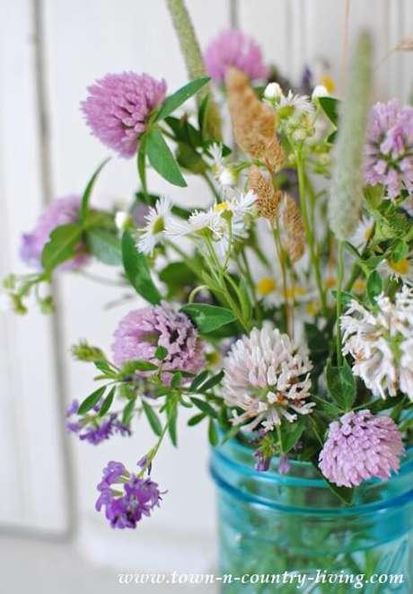 48. Arranjo de flores do campo brancas e roxas. Foto de Town n Country