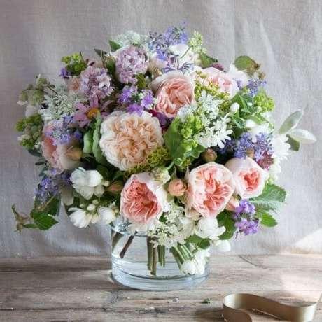 34. Buquê de flores do campo cheio em vaso de vidro. Foto de Real Flowers