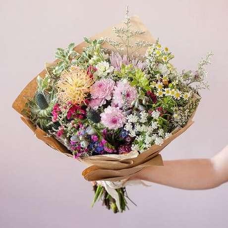 15. Buquê de flores do campo com embalagem de papel pardo. Foto de Bloom Nation