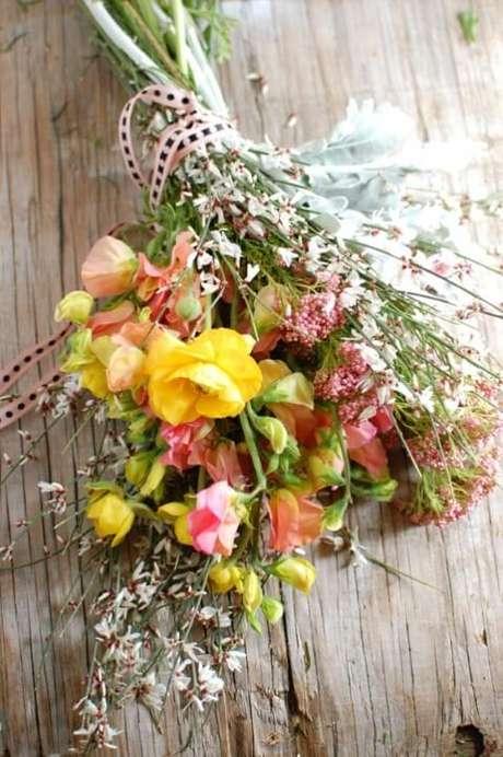 39. Buquê de flores do campo em tons de amarelo e rosa. Foto de Sylvie & Joan