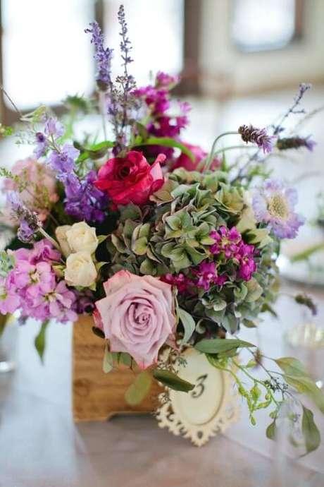 44. Caixa de madeira com arranjo de flores do campo. Foto de Wild Lives