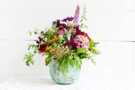 11. Combinação de flores do campo em vaso rústico. Foto de 1812 Columbus