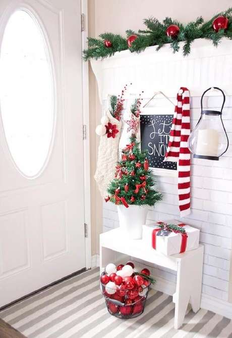 23. Linda decoração para hall de entrada com enfeites de natal – Foto: CraftHoot