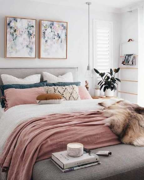 3. Decoração para quarto em tons de cinza e branco com roupa de cama cor de rosa – Foto: Pinterest