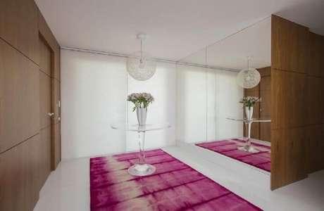 2. Decoração para hall de entrada com tapete rosa – Foto: Rodrigo Maia