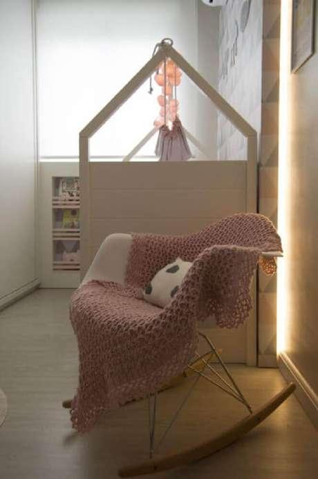 5. Decoração para quarto de bebê com manta rosa sobe cadeira de balanço – Foto: Débora Marquardt