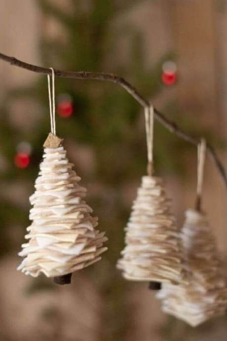 41. Decoração rústica com enfeites de natal para árvore – Foto: Life Idea