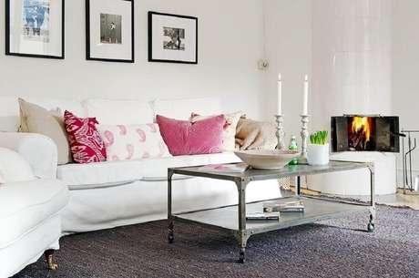 4. Almofadas podem ser encontradas com várias estampas e tonalidades diferentes de rosa, por isso, ela é uma excelente opção para a decoração – Foto: Incredible Homes