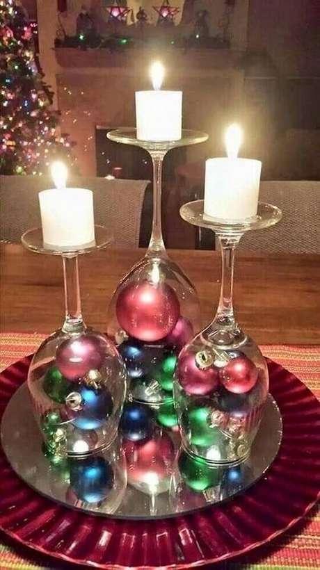 9. Porta velas com taças é uma forma criativa de aproveitar seus próprios itens de decoração – Foto: MymArte