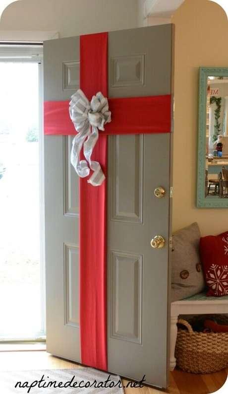 45. Modelo diferente de decoração natalina para porta – Foto: Onechitecture