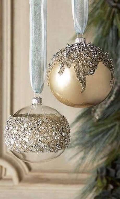 53. As bolas de natal são os enfeites mais tradicionais dessa época do ano – Foto: Dlingoo