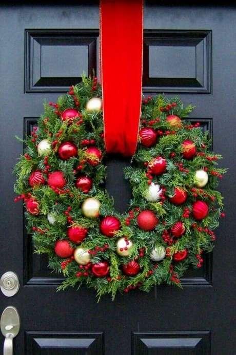 2. Os modelos tradicionais de guirlandas natalinas dão um toque super especial à decoração da frente da casa – Foto: Pinterest