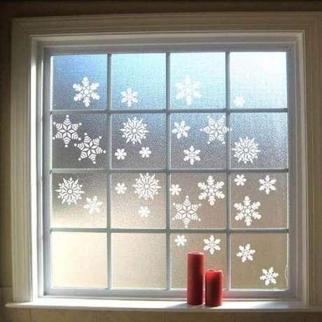 7. Flocos de neve são ótimos enfeites de natal para janelas – Foto: Hoku Deco
