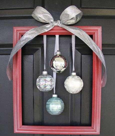 62. Também existem modelos mais simples de enfeites de natal para porta – Foto: Tupacity