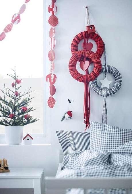 63. Misture cores vibrantes com neutras para uma decoração natalina mais interessante – Foto: Sketch Book Alley