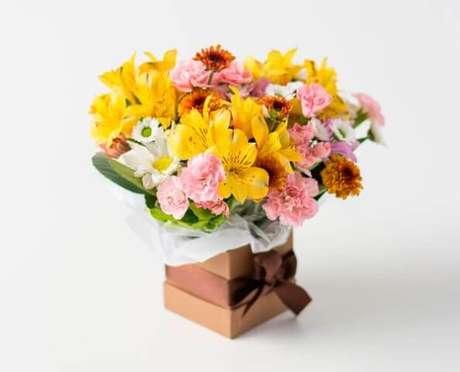 26. Flores do campo amarelas e rosadas em caixa. Foto de Isabela Flores