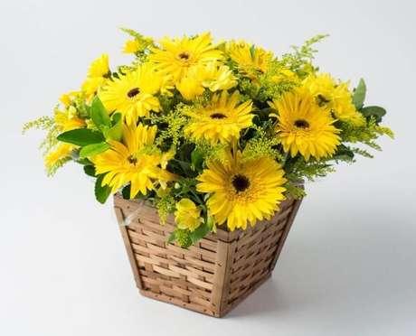 24. Flores do campo amarelas em cesto de vime. Foto de Isabela Flores