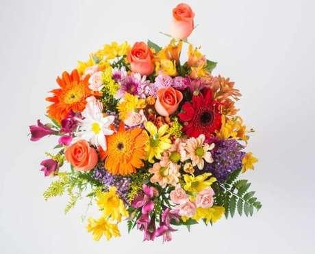 42. Flores do campo coloridas em arranjo bem alegre. Foto de Isabela Flores
