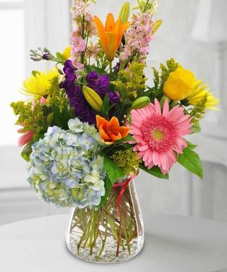 19. Flores do campo coloridas em vaso cheio de água. Foto de Currans Flowers