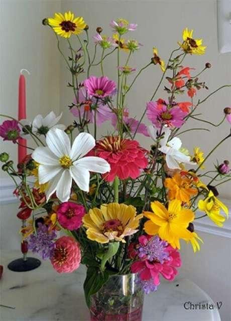 16. Flores do campo coloridas em vaso transparente. Foto de Christa V