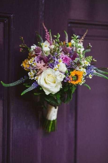 49. Flores do campo como enfeite de porta. Foto de Pinterest