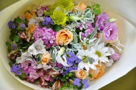 10. Um buquê de flores do campo com várias cores fica lindo. Foto de Yuga Floral Design